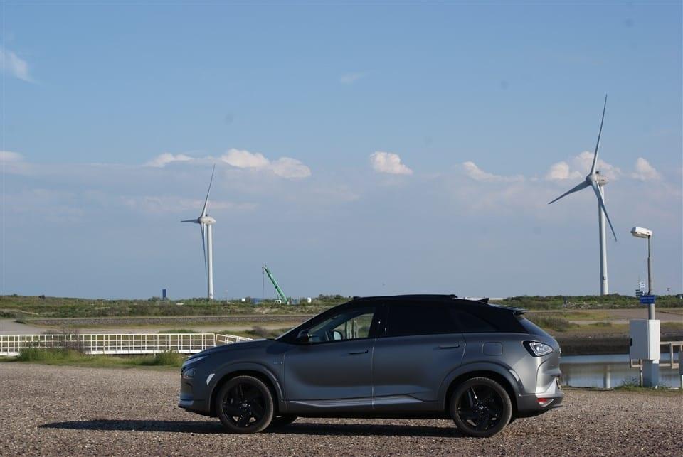 zijkant Hyundai NEXO windmolens op de achtergrond