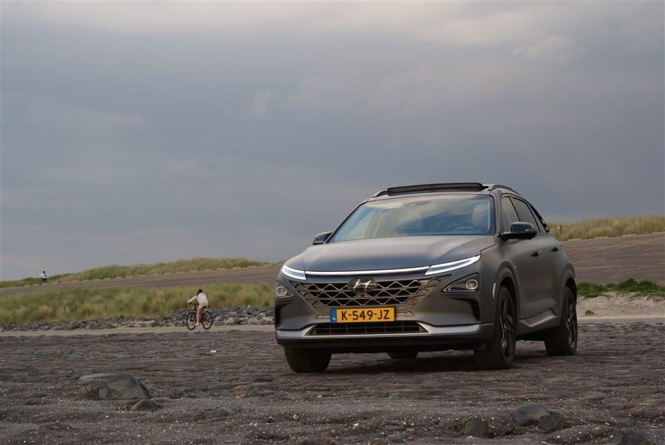 voorkant Hyundai NEXO op zwart strand