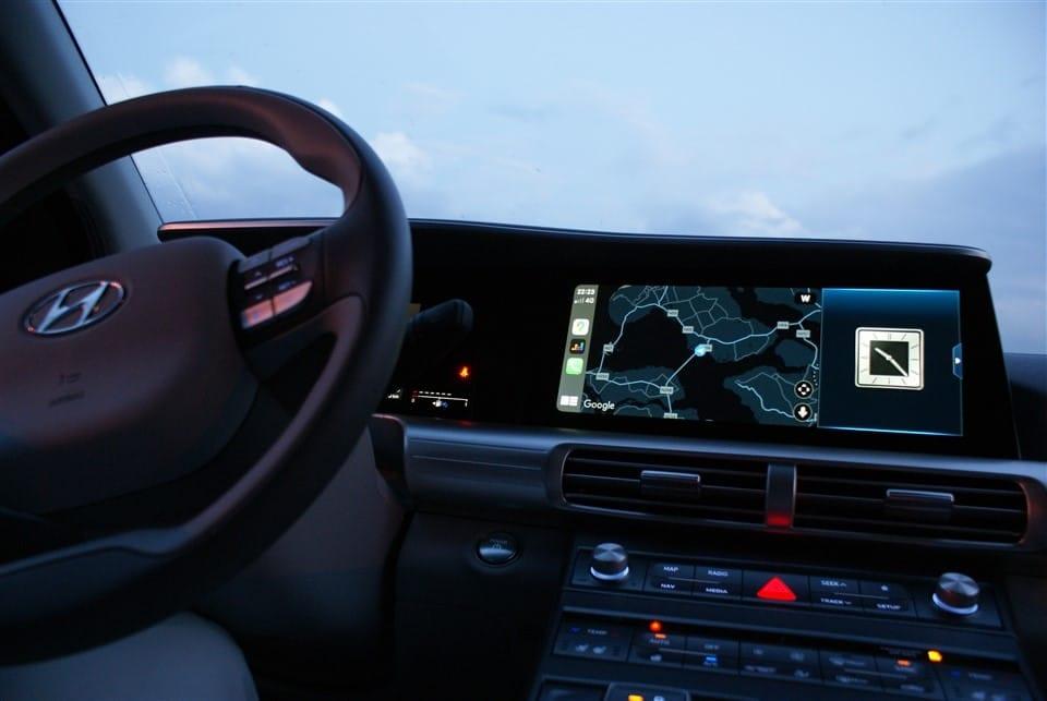 interieur 's avonds Hyundai NEXO navigatiescherm aan