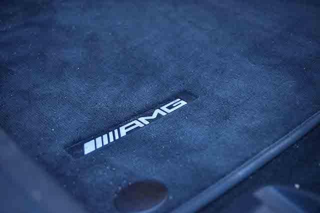 Een AMG logo op een vloermat van de CLA 250e