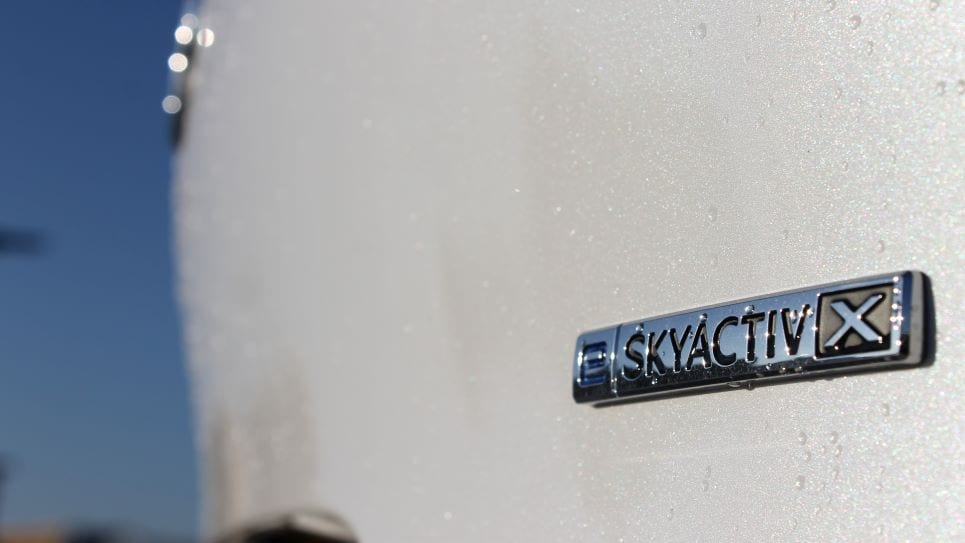 E Skyactiv X badge, logo, waterdruppels