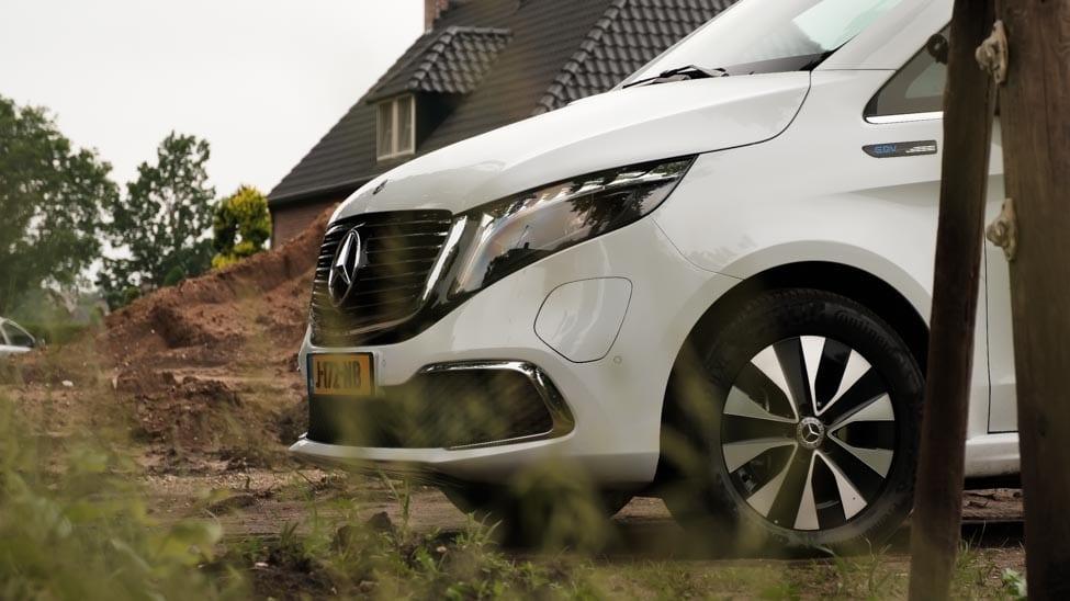 neus Mercedes EQV met huis op achtergrond