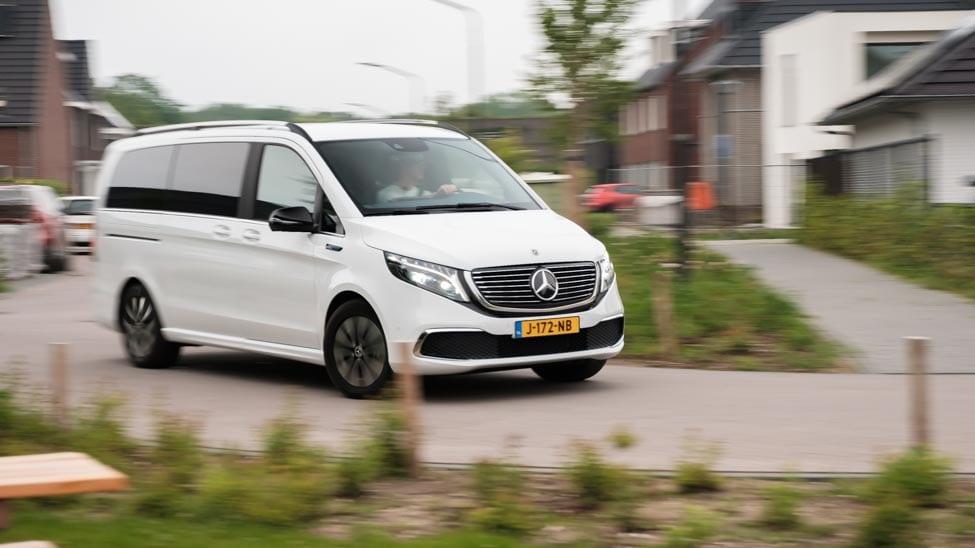 rijdende Mercedes EQV