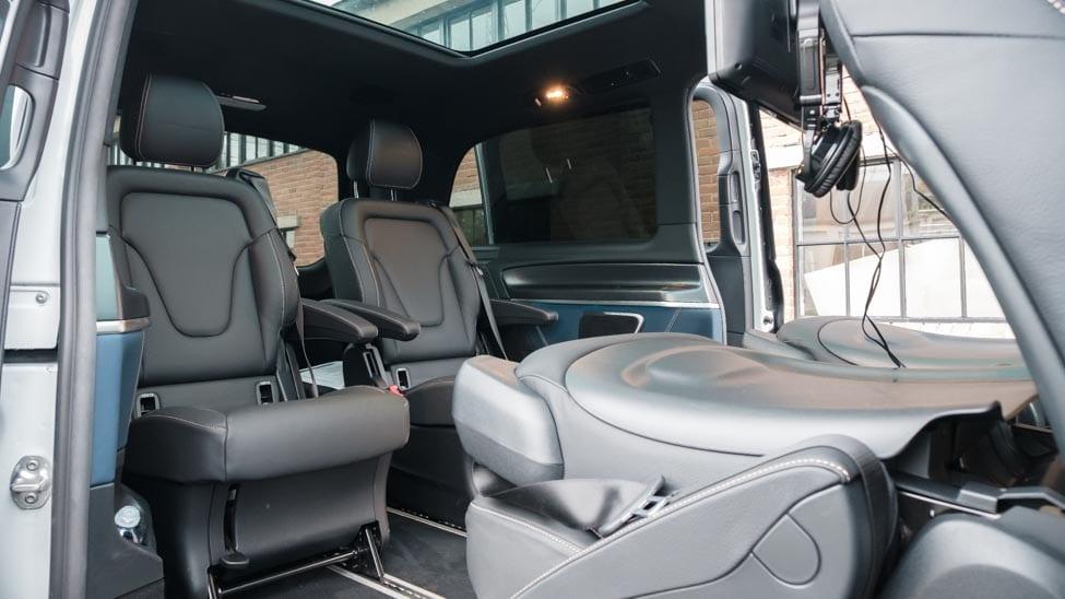 ruimte achterin Mercedes EQV vier stoelen waarvan twee neergeklapt