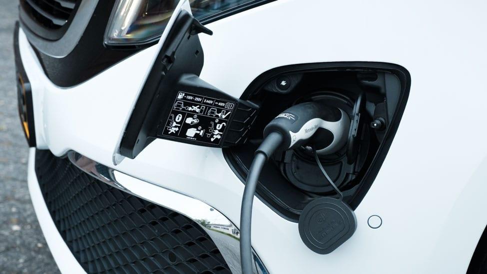 laadkabel in laadopening witte Mercedes EQV