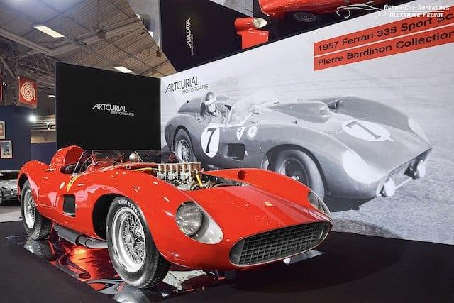 De Ferrari 335 S, in het rood met de motor zichtbaar door de motorkap.