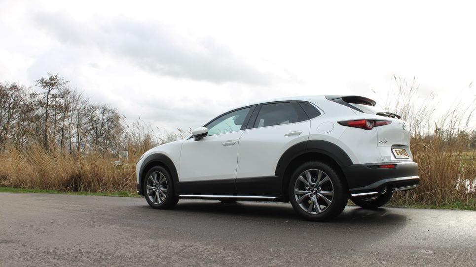 Linkerzijde Mazda CX-30, witte auto op asfalt, rietkraag