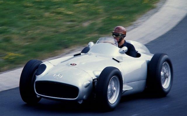 De Mercedes-Benz W196 die over het circuit rijdt in 1954.