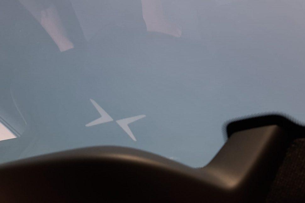 Weerspiegeling Polestar logo in het glas van het panormamadak, Polestar 2