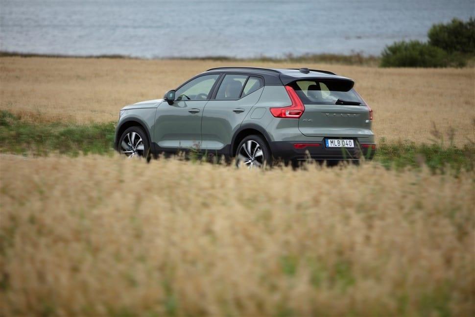 Volvo XC40 rijdend platteland
