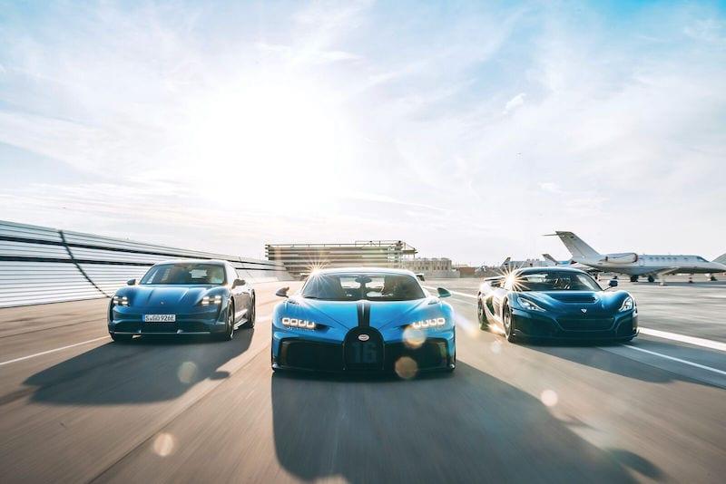 Rolling shot van Porsche Taycan, Bugatti Chiron Pur Sport en Rimac C_two naast elkaar op het circuit
