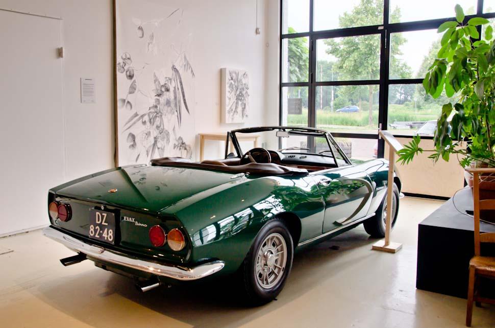 Groene Fiat Dino, kunst aan de muur