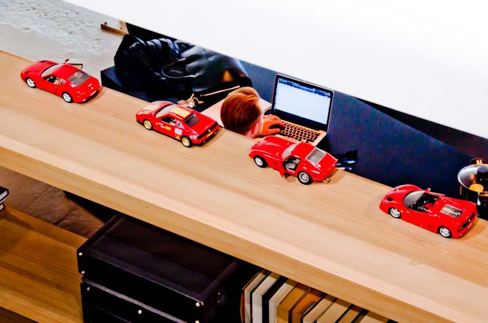 Plank met Ferrari modelauto's, flexwerkplek, laptop