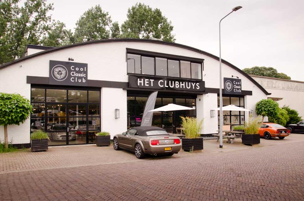 Het Clubhuys, Cool Classic Club Naarden, Ford Mustang Convertible en Datsun 240Z voor de deur