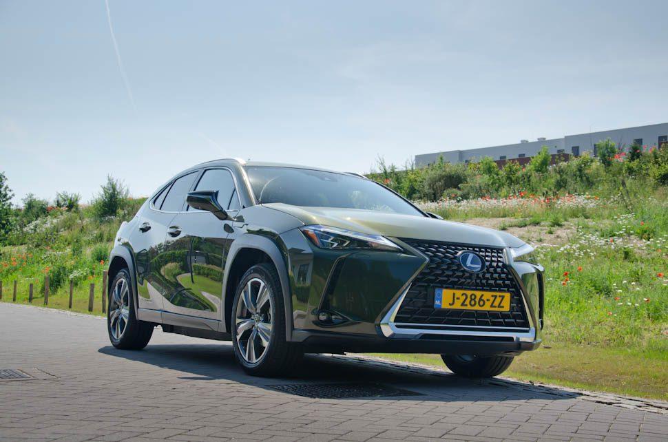 voorkant groene Lexus UX 300e voor grasheuvel