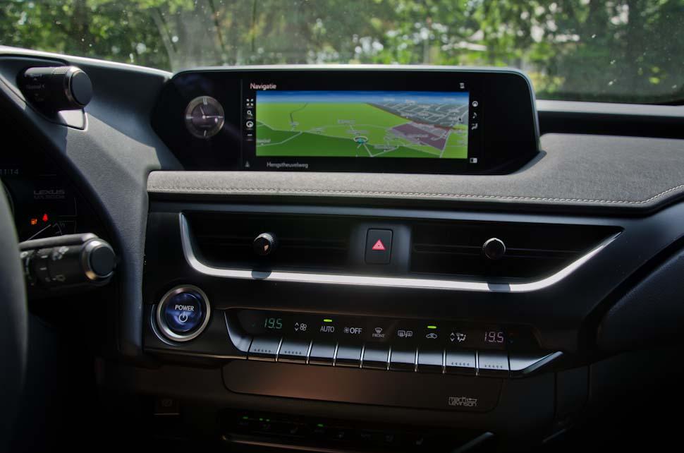 dashboard met climate control en navigatiesysteem Lexus UX
