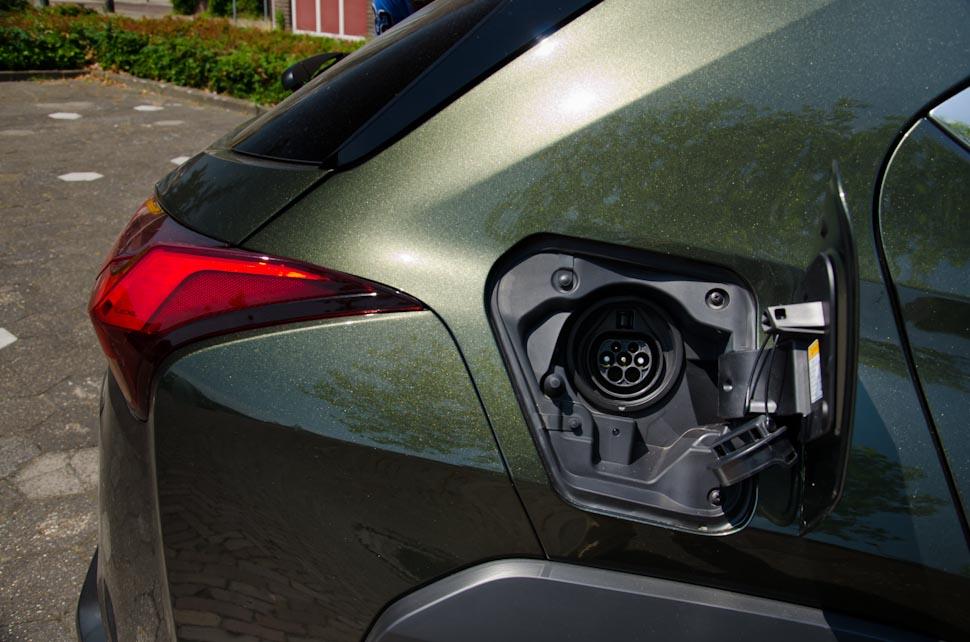 geopende oplaapklep Lexus UX 300e AC aansluiting