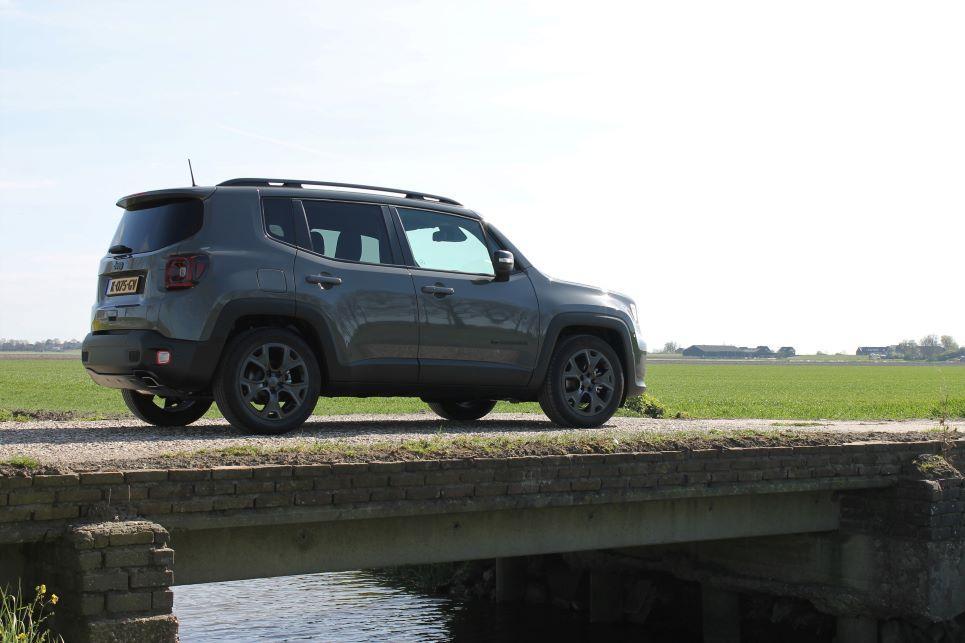 Jeep Renegade op brug