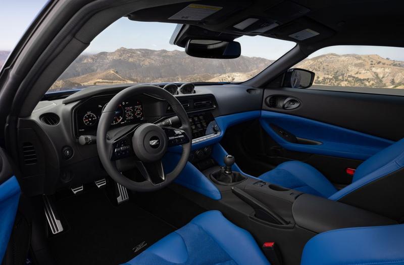 Mooi blauw is niet lelijk in het interieur van de Nissan Z