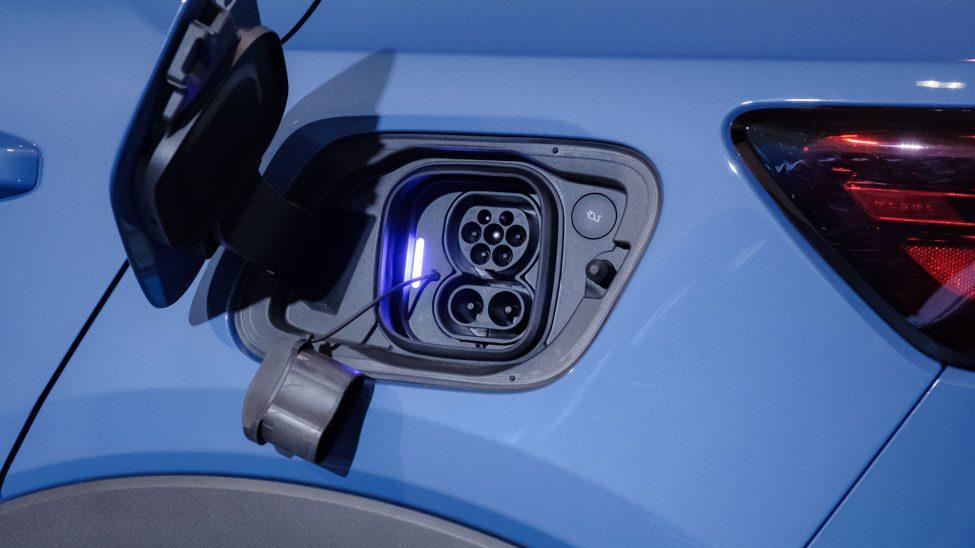 geopende laadklep Volvo C40 met geopende DC CCS aansluiting