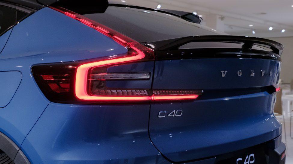 driekwart van achteren Volvo C40