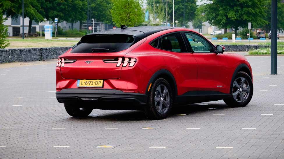 Rechtsachter Ford Mustang Mach E RWD, op lege parkeerplaats