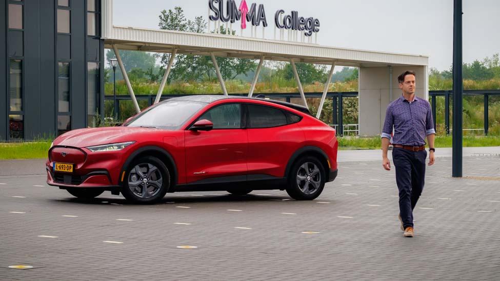 Linker zijkant Ford Mustang Mach E RWD, Joeri van Dam, persoon loopt weg