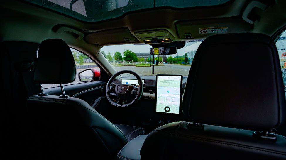 Interieur Ford Mustang Mach E, stuur met Mustang-logo, multimediascherm
