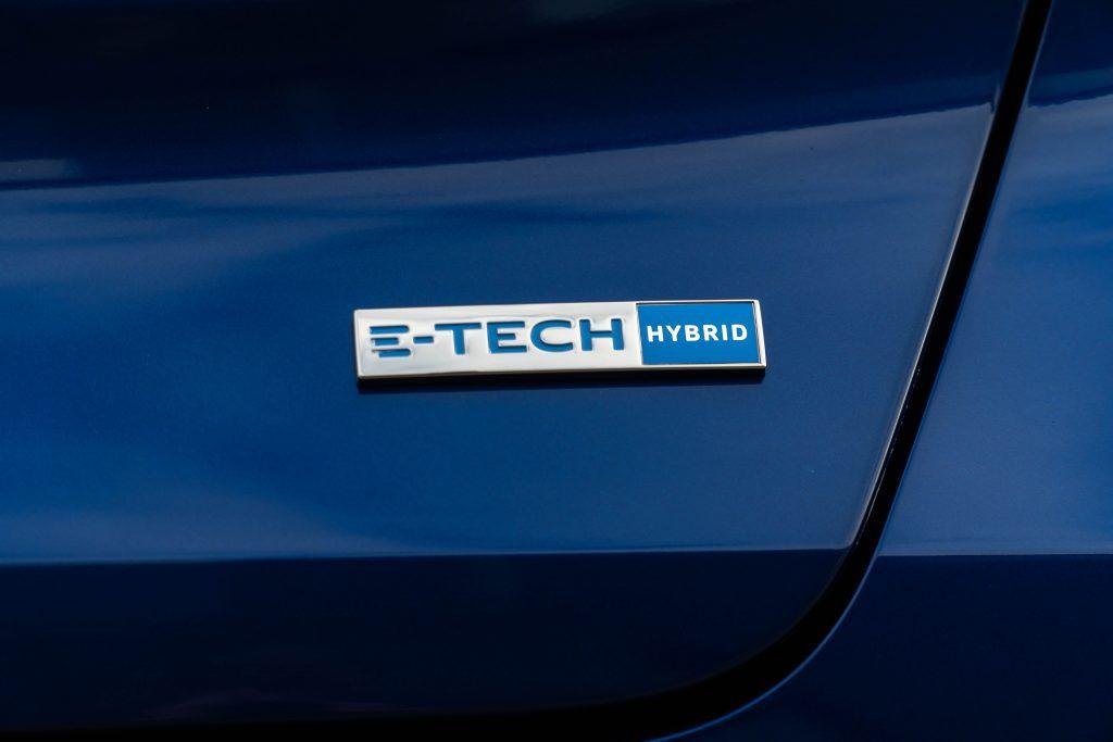 De E-Tech Hybrid uitvoering zorgt voor 33 elektrische Pk's